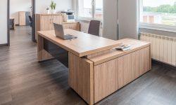 biurko w rogu biura